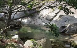 2.1km나 되는 삼천사 계곡에는 곳곳에 맑은 물과 너럭바위가 펼쳐 있다.