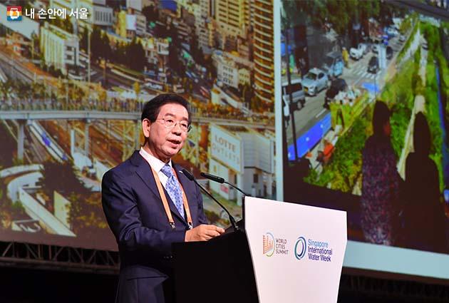 박원순 서울시장이 9일 오후 싱가포르 마리나베이샌즈호텔에서 진행 중인 세계시장포럼에서 리콴유 세계도시상 대상도시로서 정책 발표를 하고 있다.