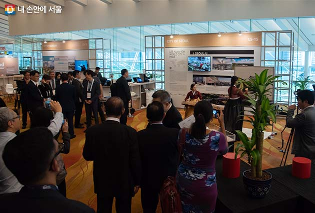 싱가포르 마리나베이샌즈 컨벤션센터 내 서울시 홍보부스, 신은미 작가의 수묵화 퍼포먼스가 주목을 받았다