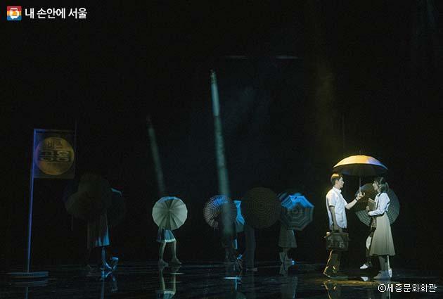 뮤지컬 '번지점프를 하다'에서 주인공 인우와 태희가 처음 만나는 장면