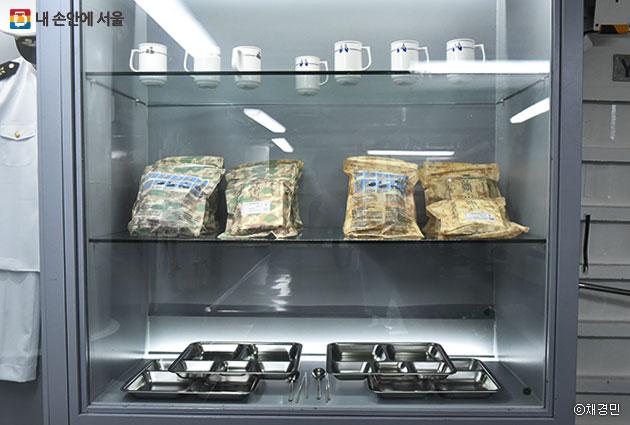병사식당에 전시된 전투식량과 식판