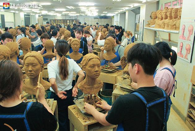 조각연습을 하고 있는 미술학원 학생들