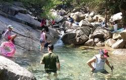 삼천사 계곡에서 물놀이를 즐기는 피서객들