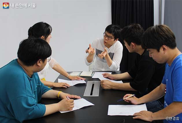 백설기팀 총감독을 비롯해 스탭이 함께 참여하는 회의 모습