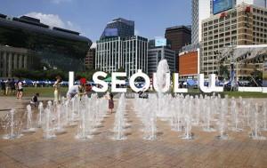서울광장 분수, 연일 이어지는 폭염 속 더위를 식히는 시민들