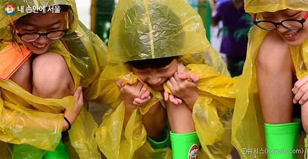 풍수해 체험에 참여한 어린이들