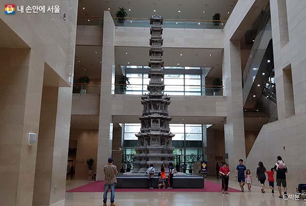 국립중앙박물관 로비, 빼어난 조형미를 자랑하는 경천사지10층석탑