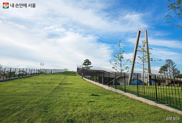 공원 관리동에 올라 남쪽 구간을 바라보면 너른 공원이 한눈에 들어온다 공원 관리동에 올라 남쪽 구간을 바라보면 너른 공원이 한눈에 들어온다