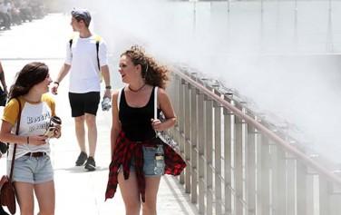 외국인들이 '쿨링포그'로 더위를 식히고 있다