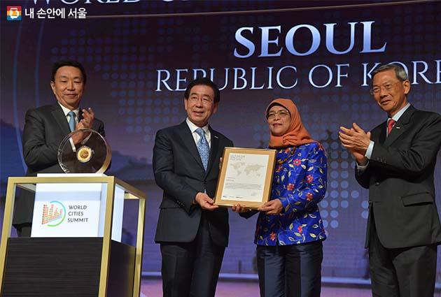 박원순 서울시장이 9일 싱가포르 리츠칼튼 호텔에서 개최된 리콴유 세계도시상 시상식에서 할리마 빈티 야콥 싱가포르 대통령으로부터 상(상패)를 받고 있다.
