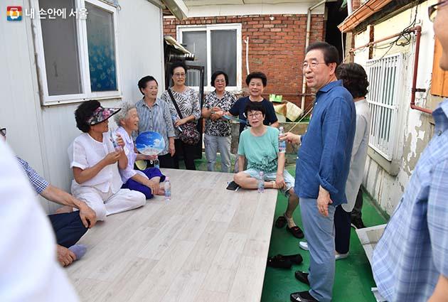 이사 첫날 박원순 시장은 삼양동 주민들과 인사를 나누었다