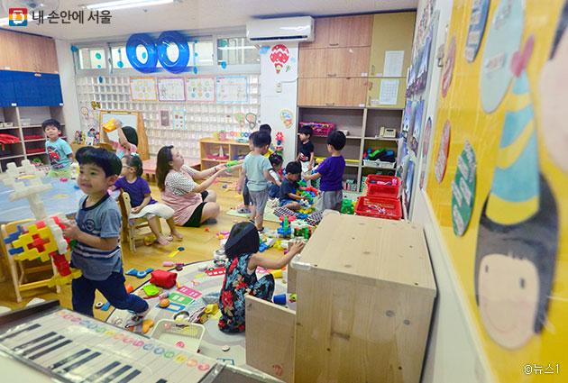 어린이집이나 유치원에서 운영하는 종일반을 이용할 수 있다