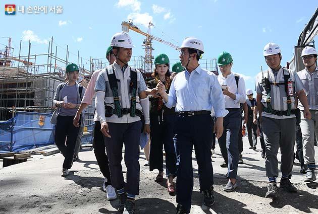 30일 오전, 폭염 장기화에 대비해 강북구 미아 9-1구역 주택재건축사업 공사 현장을 점검했다