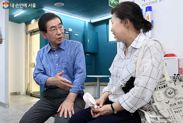 주민센터를 찾은 주민과 대화를 나누는 박원순 시장