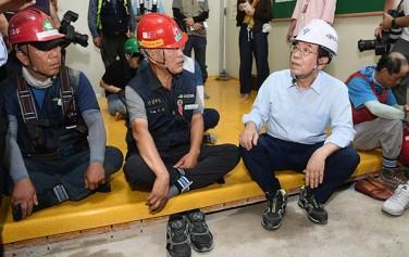 폭염에 노출된 공사 현장 근로자들을 찾아 고충을 듣고 있는 박원순 시장