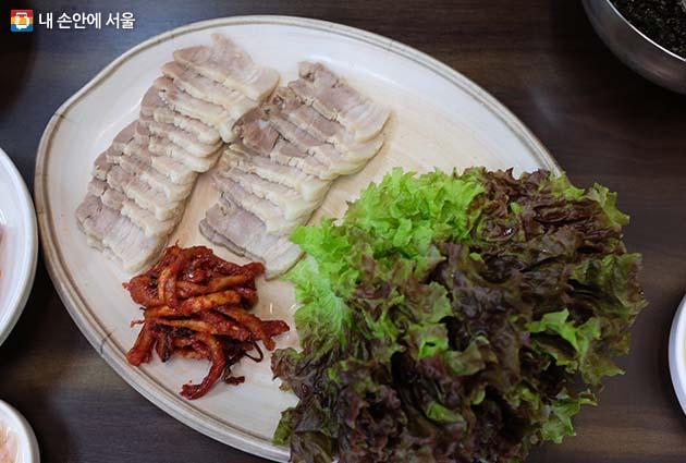 야들야들한 살결에 한 점만 집어먹기가 아쉬운 돼지고기 수육