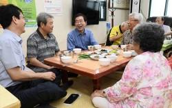 미동경로당을 찾아 어르신들과 점심을 함께하며 대화를 나누었다.