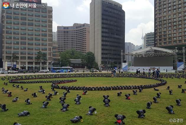 대형 하트를 이루며 서울광장에 전시된 2018개의 토리 인형들