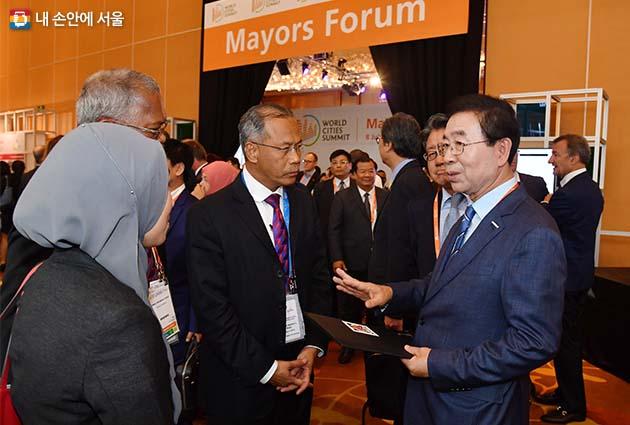 세계시장포럼 개막식 참석자들과 대화를 나누는 박원순 서울시장
