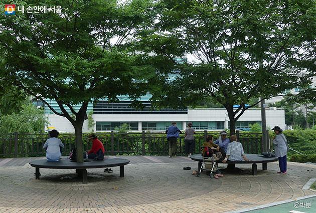 느티나무 아래 평상, 문화특강과 독서토론회를 열어도 좋을 법한 공원