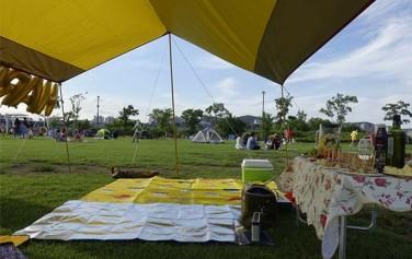한강공원에선 그늘막과 돗자리, 맛있는 음식과 좋은 사람들만으로 근사한 파티장이 된다.