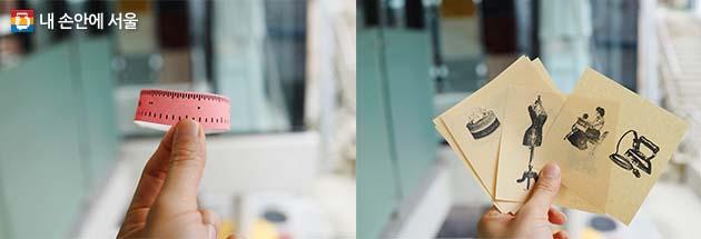 입장 시 받는 줄자 모양의 종이밴드와 기념 스탬프
