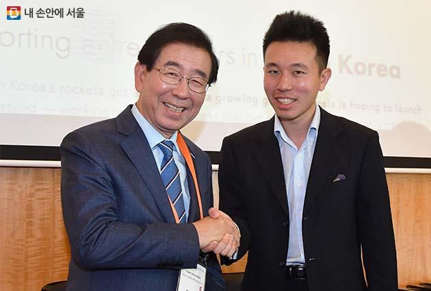 8일 싱가포르에서 만난 박원순 서울시장과 NGO단체 '조선교류' 대표 제프리 시(Geoffrey See)