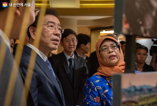 박원순 서울시장과 할리마 빈티 야콥 싱가포르 대통령