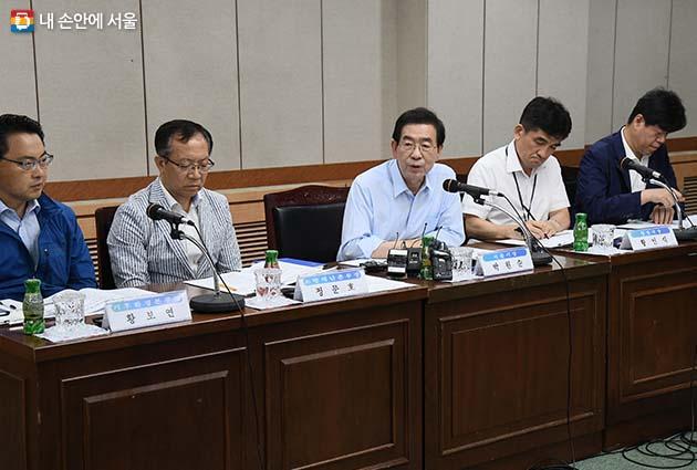 강북구청에서 폭염 긴급 대책회의를 주재하고 폭염 종합대책 추진상황을 중간점검했다.