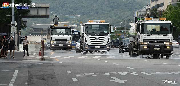 폭염에 지친 도로를 식히는 살수차