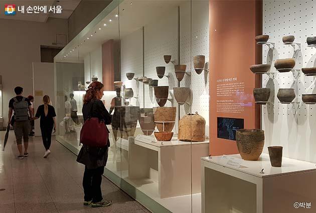 신석기시대를 상징하는 유물인 빗살무늬토기 전시장
