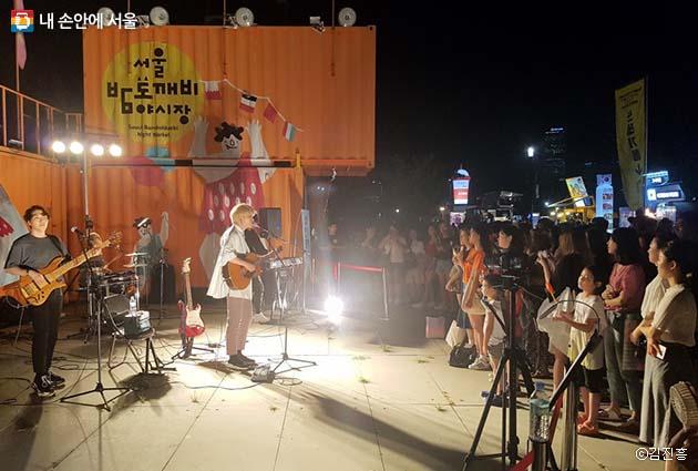 야시장 한 켠에서 펼쳐지는 인디밴드 공연