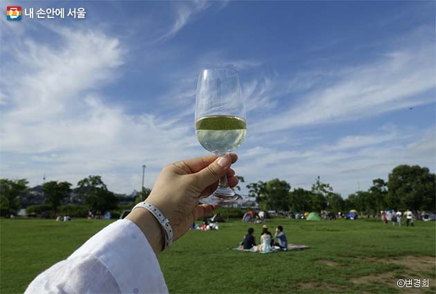 푸른 하늘을 담은 듯한 시원한 와인 한잔에 이 여름이 즐겁다