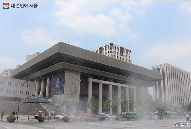쿨링포그가 피어오르는 광화문 광장에서 바라본 세종문화회관