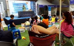 인형극을 구경하는 아이들