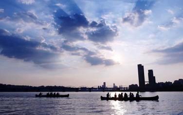 서래섬 킹카누 투어는 해질녘 서울의 모습과 야경까지 덤으로 선물해준다.