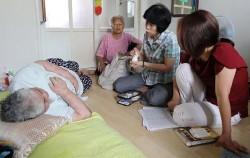방문간호사가 어르신 가정을 방문해 혈압, 혈당 검진을 시행하고 있다