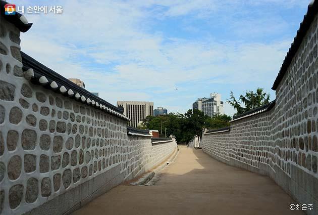 새로 개방된 '고종의 길'은 120미터이다