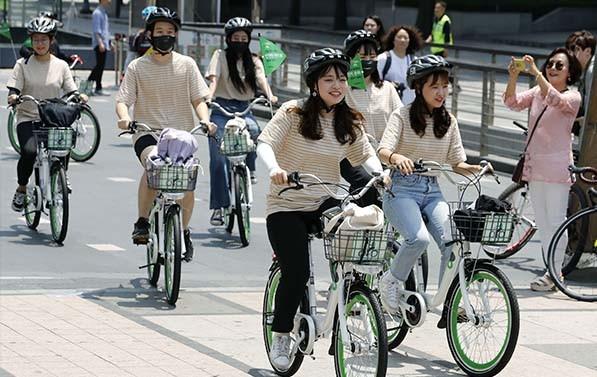 공공자전거 '따릉이'를 타고 거리를 달리는 시민들