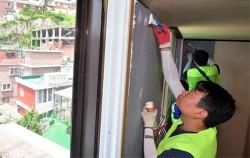 25개 지역주거복지센터에서 공공임대주택 입주, 집수리, 주거비 등을 상담받을 수 있다. 사진은 서울시`희망의 집수리` 현장