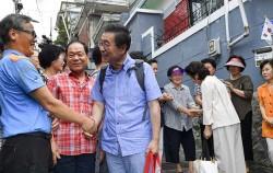 주민들과 인사를 나누며 삼양동을 떠나는 박원순 서울시장