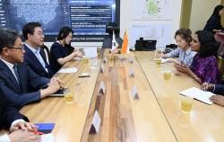 스리프리야 란카나탄 주한인도대사와 대화를 나누는 박원순 시장
