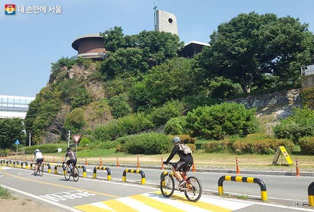 참가자들이 절두산순교성지 앞을 달리고 있다.