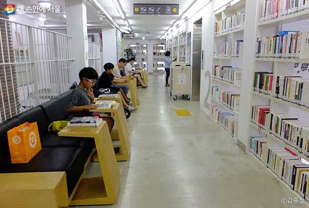 열람실이 따로 없는 도서관