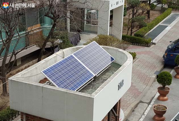 미니 태양광 발전소가 설치된 아파트 경비실