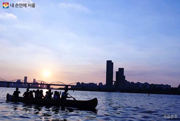 시원한 강바람을 맞으며 킹카누를 타보는 경험, 한강의 여름을 제대로 즐기는 방법으로 강추한다