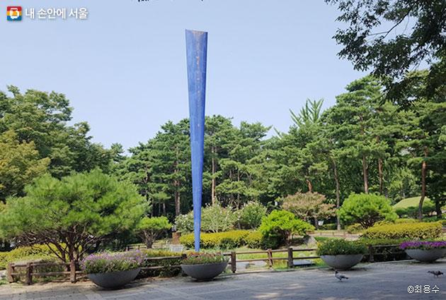효창공원 상징조형물, 하늘과 대지를 이어줄 듯 신비감이 느껴진다.