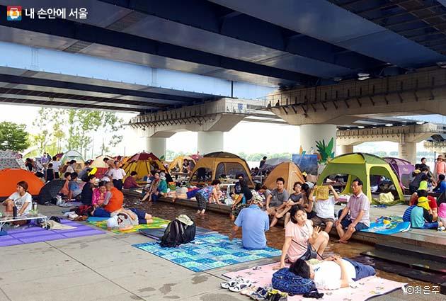 다리 밑에서 휴식을 취하는 시민들