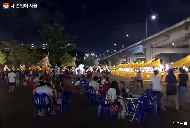 시원한 강바람을 맞으며 낭만달빛마켓을 즐기는 시민들