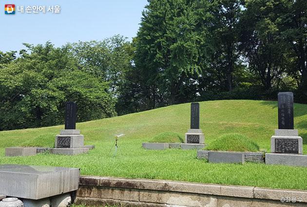 공원 우측에 있는 임시정부요인묘역, 좌로부터 차이석, 이동녕, 조성환의 묘